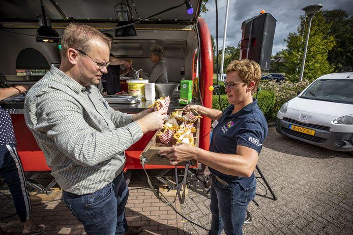 Ewald Aaltink van de Stichting Bruisend Nijverdal helpt bij het uitdelen van friet  aan ouderen in De Blenke.