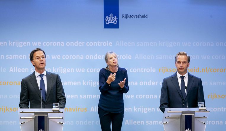 Premier Mark Rutte (links) en minister Hugo de Jonge van Volksgezondheid, Welzijn en Sport donderdag bij de persconferentie. In het midden gebarentolk Corline Koolhof.  Beeld Remko de Waal / ANP