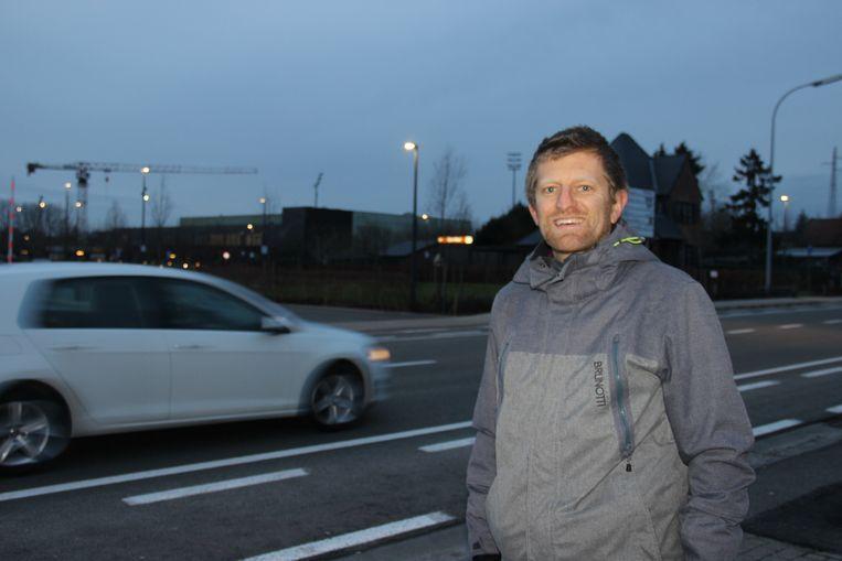 Lech Schelfout (Groen) wil een fietsbrug of tunnel om het oversteken van de Leuzesesteenweg naar sportcomplex 't Rosco veiliger te maken.