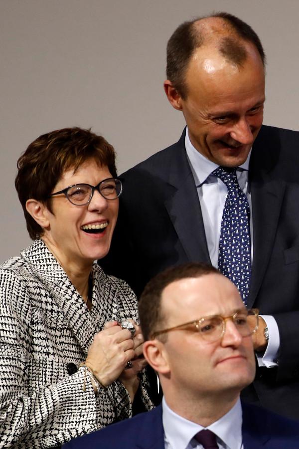 Annegret Kramp-Karrenbauer (l) won de strijd om het CDU-partijvoorzitterschap in 2018 van voormalig fractievoorzitter Friedrich Merz (rechtsboven) en Gezondheidsminister Jens Spahn, maar moet komende week sollicitatiegesprekken met hen voeren. Beide mannen worden getipt als haar opvolger, net als Armin Laschet, deelstaatpremier van Noordrijn-Westfalen.