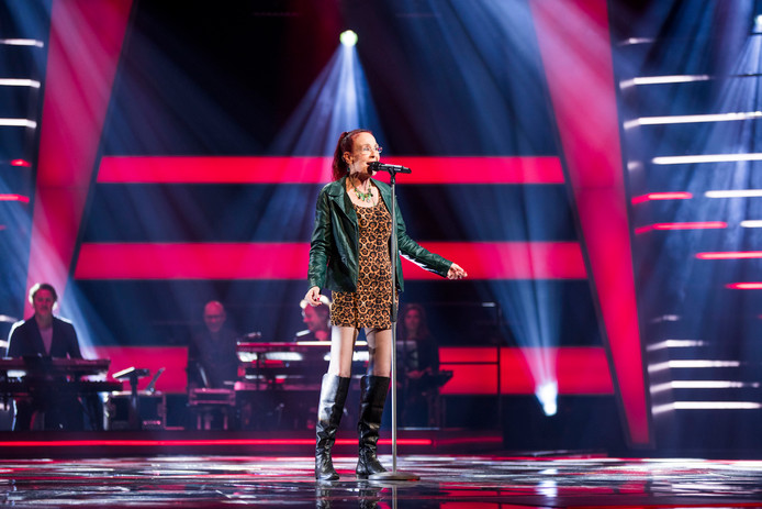 De Dordtse zangeres Noble steelt de show bij The Voice Senior.