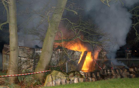 Een opbergruimte ging volledig in vlammen op.