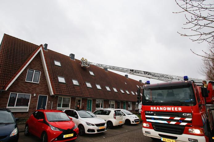 Aan de Hoogveen in Ambacht raakte een aantal dakpannen los.