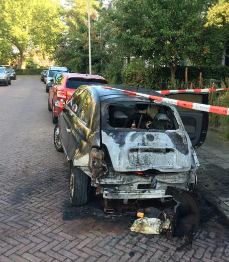 Eigenaar uitgebrande Fiat 500 in Deventer opgelucht dat het bij auto bleef
