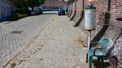Tuinstoel bij gebrek aan zitbank aan bushalte