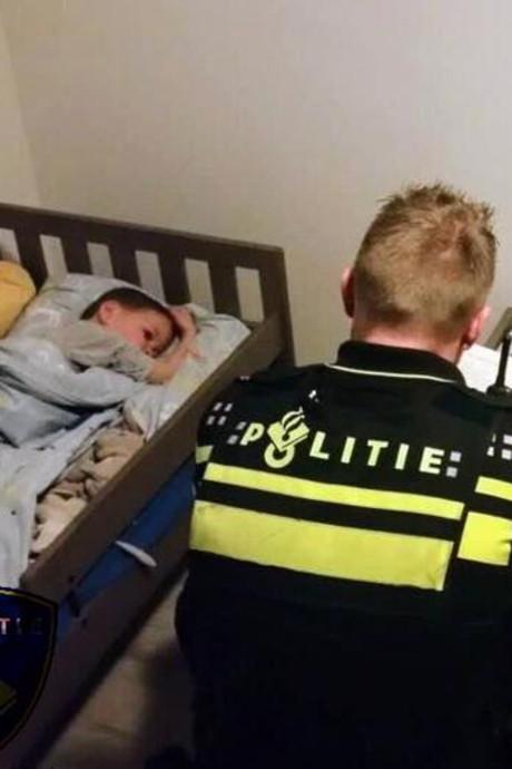 Schiedamse politie leest broertjes verhaal voor