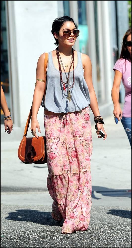Zowel een jurk als rok in bloemenprint, zoals deze van Vanessa Hudgens, is altijd goed.