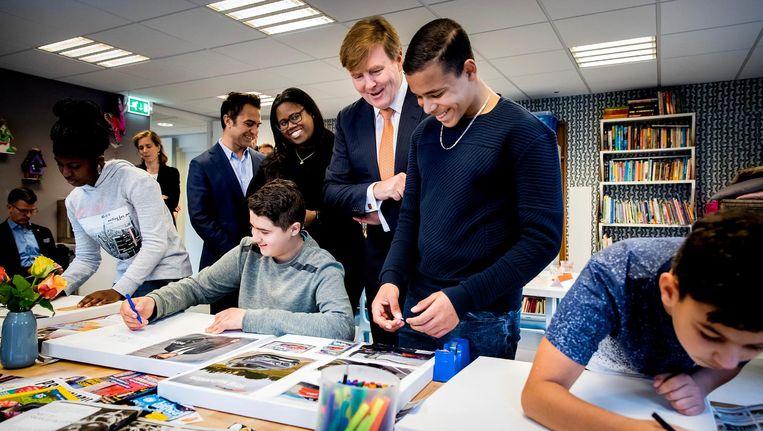 Koning Willem Alexander bezocht de Weekend Academie, de winnaar van het Appeltje van Oranje 2017 van het Oranje Fonds. Beeld anp