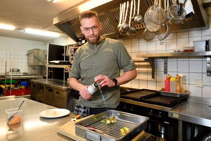 Bas Janssen in de keuken van bistro 't Bloemendaeltje