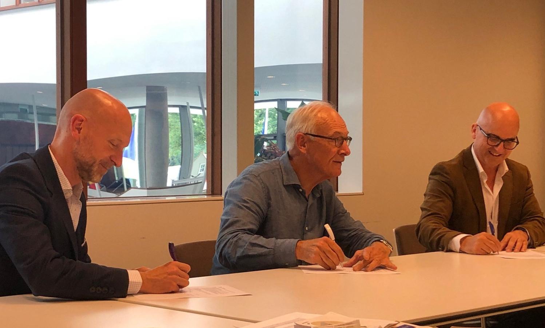 Bas Kapitein (directeur Midpoint Brabant), Peter Konijnenburg (initiatiefnemer Leather Made Smart) en Ronald Bakker (wethouder Economie gemeente Waalwijk) ondertekenen de intentieverklaring.