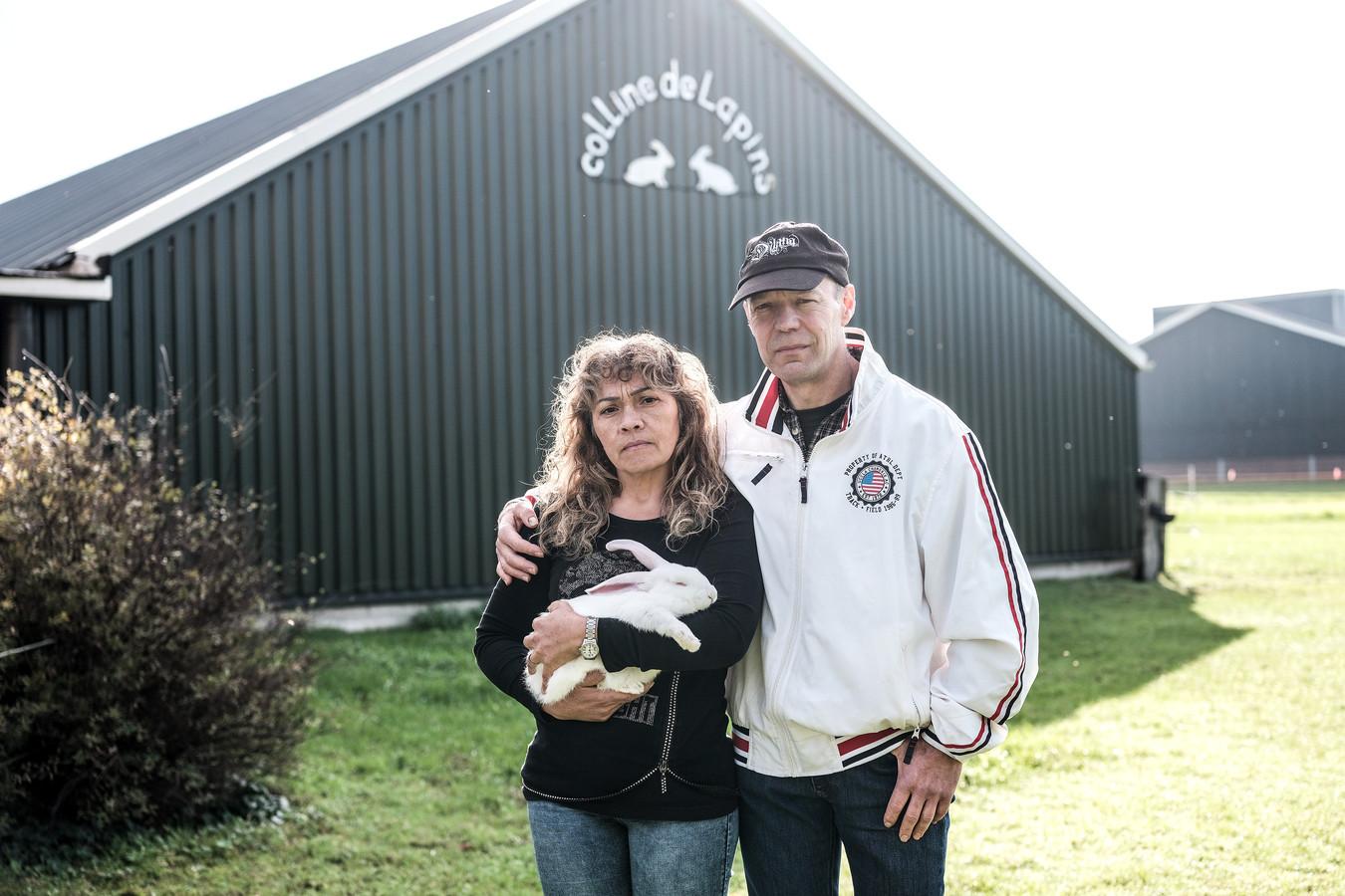 Henk Oonk met vrouw Elizete voor zijn konijnenschuur in Vrageender.