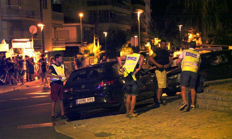 De politie inspecteert een auto in Cambrils. Beeld epa