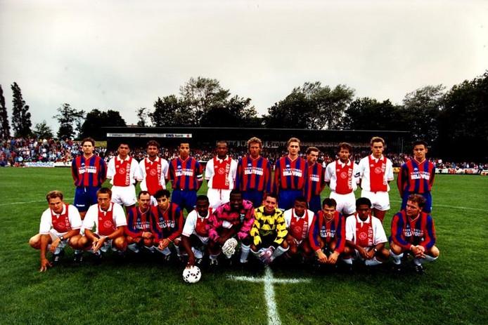 Gebroederlijk vereeuwigd, de spelers van 'het Ajax van Nijmegen' en het echte Ajax. foto archief Nijmeegse Boys