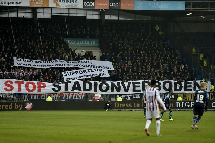 Protesten van supporters bij Willem II - Vitesse.