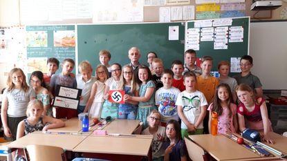 Leerlingen krijgen les over Tweede Wereldoorlog