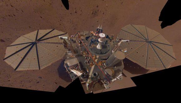 Op de tweede selfie zijn de zonnepanelen van InSight bedekt met een dikke stoflaag.