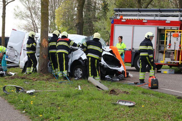 De brandweer moest het slachtoffer uit zijn wagen bevrijden.