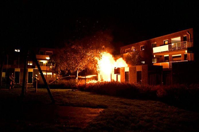 De vlammen sloegen uit de dak van de schuur in Nieuwegein.