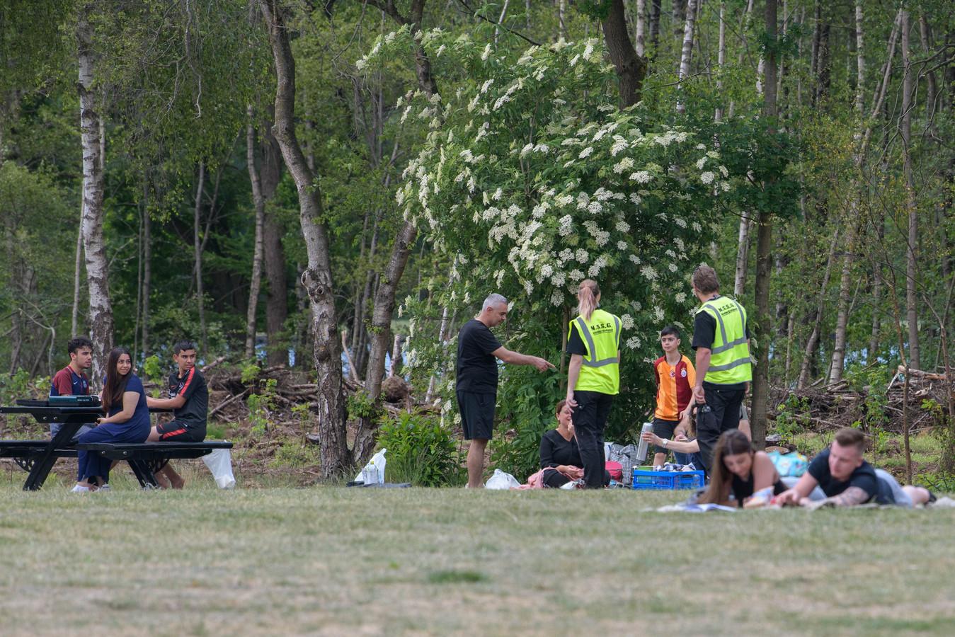 De beveiligers hebben deze zondag hun handen niet vol aan problemen, zegt parkmanager Dénick Scholten van Het Rutbeek.