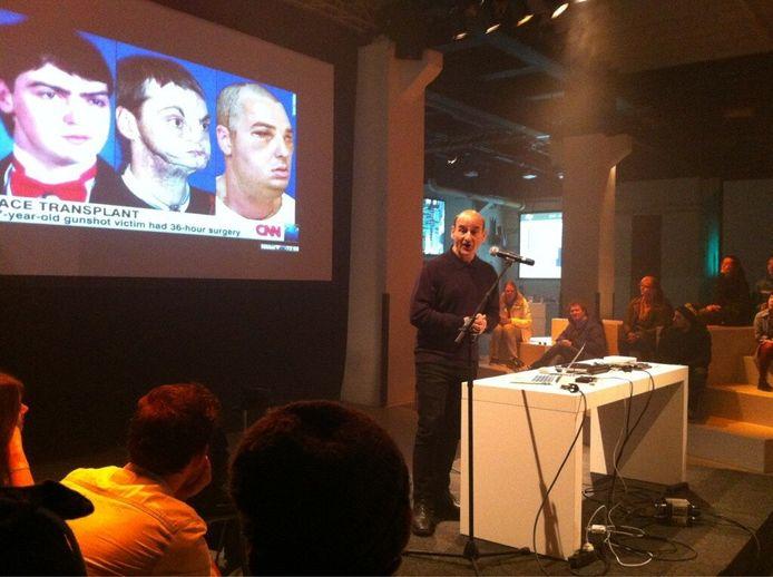 Cyborg-kunstenaar Stelarc tijdens zijn lezing op STRP.