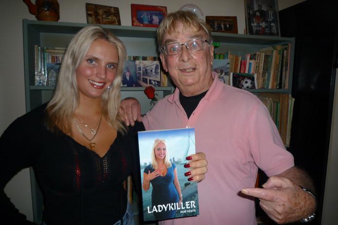 Ismay Cossee en auteur Rob Vente presenteren de detective Ladykiller, met Cossee op de cover.
