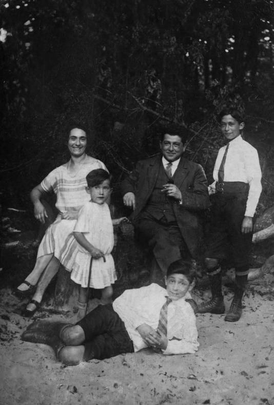 Mams, pa, Selma (4 of 5), David (13) en Louis (15, staand), circa 1926.