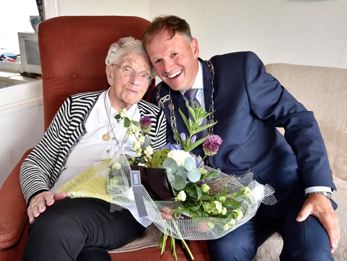 Burgemeester Christiaan van der Kamp was onlangs op bezoek bij de 102-jarige Sjaan Verstoep-Van Tilburg.