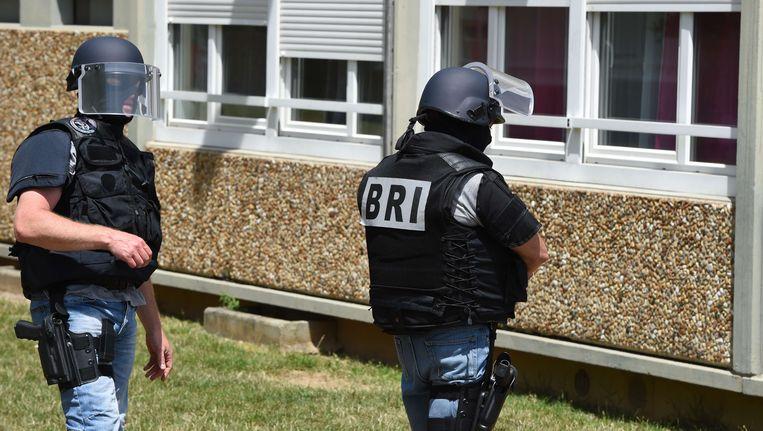 Leden van de interventiebrigadie voeren onderzoek aan het appartement van verdachte Yacine Salhi (35) in Saint-Priest, een voorstad van Lyon.