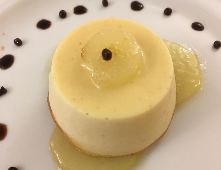 Taartje van parmezaanse kaas met gekarameliseerde peer. Beeld Mac van Dinther