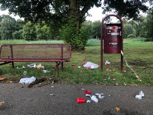 Bankje met afval in het Leijpark.