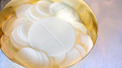 """Paus: """"Hosties mogen niet glutenvrij, maar wel genetisch gemodificeerd zijn"""""""