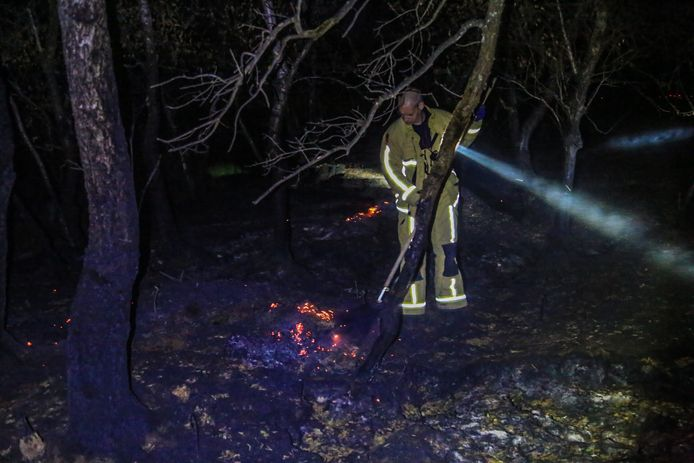 De brandweer is zondagnacht weer in de weer in de Deurnsche Peel, om de gloeiende grond te doven.