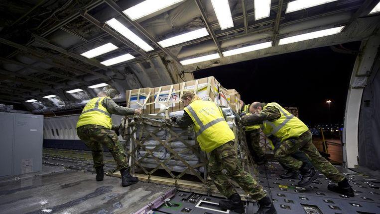 Hulpgoederen worden het vliegtuig ingeladen dat naar de Filipijnen gaat. Beeld anp