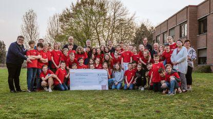 Vormelingen schenken cheque aan kinderfonds Tondeldoos