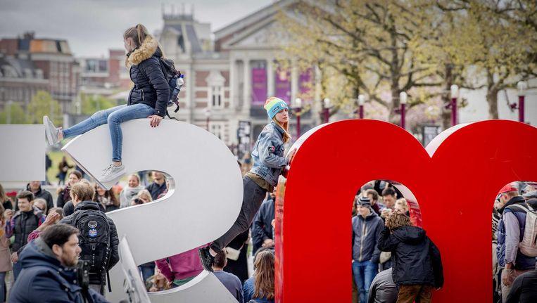 Omsmelten, die letters. Aan banken en speeltoestellen hebben Amsterdammers veel meer Beeld ANP