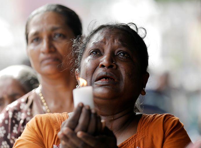 Mensen in Sri Lanka rouwen om de slachtoffers van de bomaanslagen.