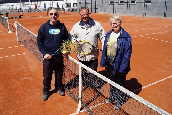 Dankzij Dirk Mergaert, Dirk Laleman en Francine Francois krijgen de eerstejaars straks tennis als keuzevak.