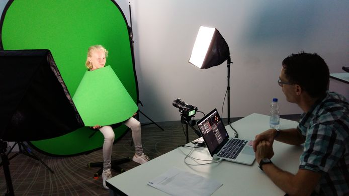 Renee Chatrou zit model voor het maken van een hologram.