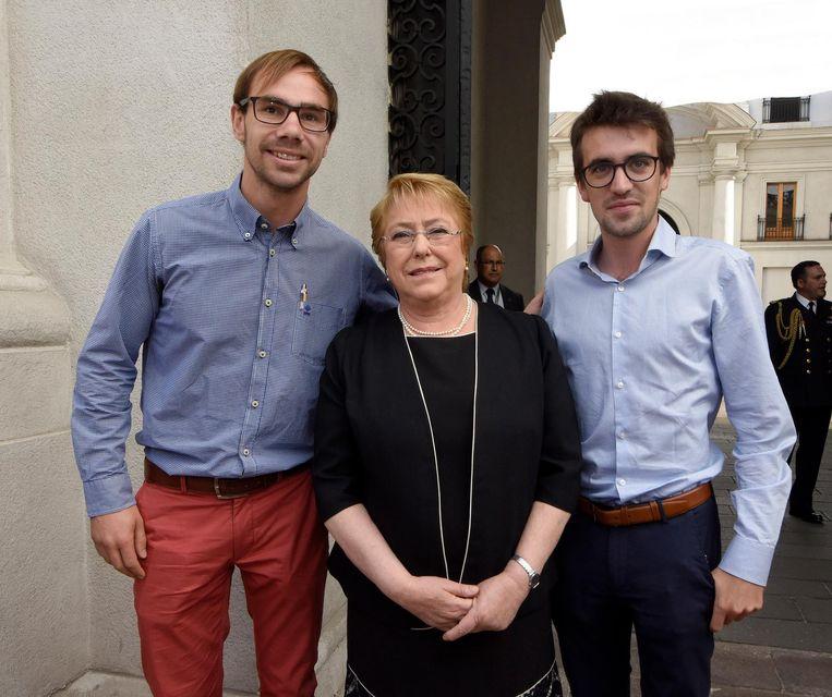 Steven van Cauwenberghe (27) uit Kortrijk en Alexander Decock uit Hertsberge (27) bij de president van Chili, Michelle Bachelet.