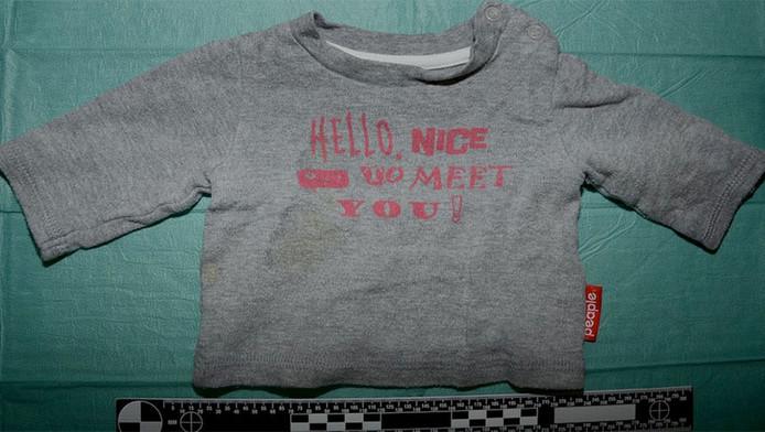 Het t-shirt dat het meisje droeg van het merk People, maat 50.
