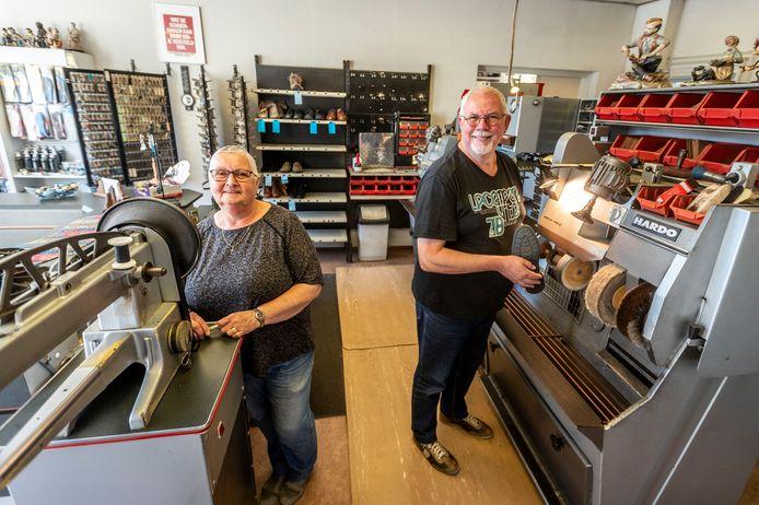 Schoenmakerij 'De Kees' in Heeze stopt ermee. De eigenaars Diny en Kees van Oirschot gaan met pensioen.