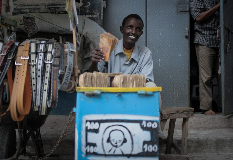 Een geldwisselaar in de Somalische hoofdstad Mogadishu. Archieffoto.