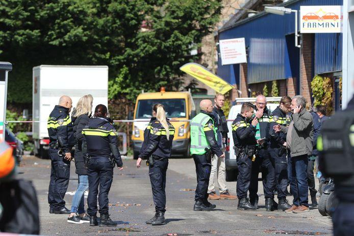 De politie doet onderzoek op de parkeerplaats aan de Edisonstraat waar de vader en zoon werden vermoord.