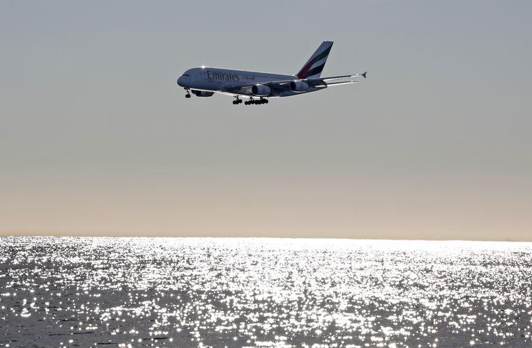 Een Airbus A380-800 bereidt zich voor op de landing in Nice in Frankrijk.