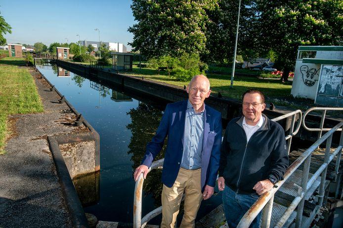 Ben Denekamp (rechts) en Riks van Dijk van de Stichting Beleef het kanaal bij Dierense sluis.