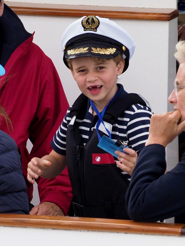 Prins George had duidelijk zin in het boottochtje.