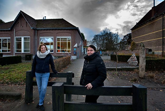 Nathalie Lubrich (l) en Mandy Mennen voor de school in Griendtsveen die met sluiting wordt bedreigd.