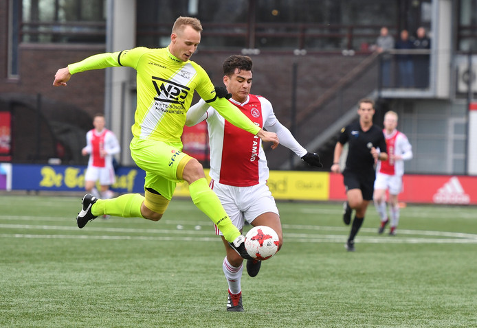 Gert-Jan van Leiden (links) duelleert met Ajax-spits Ralph Jurka.