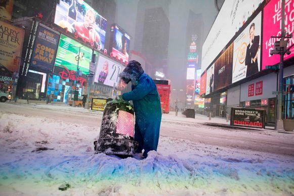 Normaal is het over de koppen lopen op Times Square, maar de extreme koude noopt iedereen binnen te blijven.