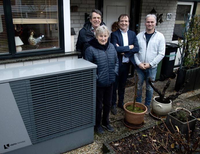 Ine en Martin van Hees (l) bij de forse warmtepomp voor hun woning in Helmond-Rijpelberg. In het midden Ad Smits van leverancier Nathan en rechts installateur Rudi van Heugten.